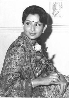 Sharmila Tagore More Bollywood Cinema, Bollywood Photos, Indian Bollywood, Bollywood Stars, Old Film Stars, Movie Stars, Indian Actresses, Actors & Actresses, Sharmila Tagore