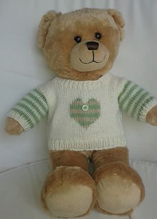 The sweater has set in sleeves and neck fastening for an easy fit with a choice of 4 Christmas motifs. Sleeves can be striped or plain. Crochet Baby Boots, Crochet Bear, Crochet Dolls, Crochet Teddy, Build A Bear Clothes Pattern, Knitted Teddy Bear, Teddy Bears, Build A Bear Outfits, Teddy Bear Clothes