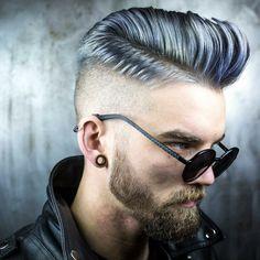 hombre con el pelo de color azul