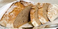 Du trenger ikke kna. Det er grovt, eltefritt brød som du steker i en kjele i ovnen.