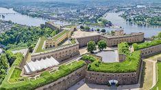 """Koblenz eine Stadt, die sich zu verteidigen weiß Die Großfestung Koblenz, offiziell """"Festung Koblenz und Ehrenbreitstein"""", ist ein preußisches Festungswerk, welches im Zeitraum 1815 bis 1834 erbaut wurde. Videos Koblenz Germany, Kaiser Franz, Old Buildings, Golf Courses, Castles, Mansions, House Styles, Medieval, Videos"""