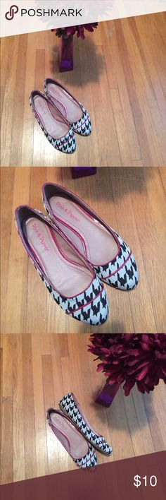 😈Super cute houndstooth flats w/purple accent 😈 Super cute flats. Houndstooth in black and white w/purple trim for added accent. Gives it such great style! Worn twice. As you can see still in great condition w/ton of wear. One small rip on inside of left shoe as shown in pic and factored into price. Not visible at all when worn and hardly visible when not worn. No size tag but I believe they are a 7.5-8. Bundle for extra savings!!! Pink & Pepper Shoes Flats & Loafers