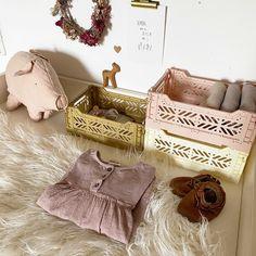 Gerade im Kinderzimmer ist ein gutes Ordnungssystem wichtig. Burlap, Reusable Tote Bags, Members Of The Family, Nursery Room Ideas, Basket, Creative Ideas, Clearance Toys, Hessian Fabric, Jute