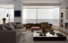 Sala de estar com piso de madeira de Sala de Estar de Messa Penna Arquitetura e Interiores - Viva Decora