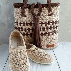 Hand Knitted Bag Models - Page 21 of 35 - crochetsamples. Crochet Shoes Pattern, Shoe Pattern, Crochet Slippers, Knit Crochet, Crochet Patterns, Scarf Patterns, Knitting Patterns, Crochet Handbags, Crochet Purses