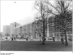 Berlin 1973,: Längstes Wohnhaus der Hauptstadt kurz vor seiner Fertigstellung. Das 572 Wohnungen umfassende Haus zieht sich von der S-Bahn Frankfurter Allee bis zum U-Bahnhof Magdalenenstraße hin.