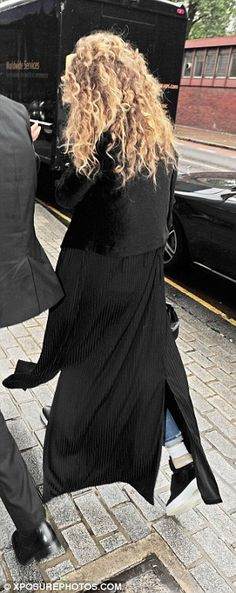 PICTURE EXCLUSIVE: Doting girlfriend Gigi Hadid arrives in London to support Zayn Malik after he pulls out of concert due to anxiety battle | Daily Mail Online