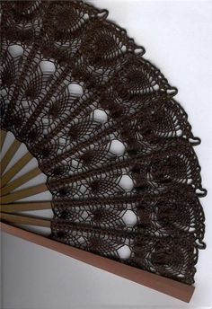 Crochet hand fan with easy to read chart but site in foreign lang Thread Crochet, Crochet Doilies, Crochet Yarn, Crochet Flowers, Crochet Stitches, Crochet Patterns, Crochet Home, Love Crochet, Crochet Gifts