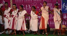 हमर छत्तीसगढ़ आवासीय परिसर में ढोल-मृदंग की खनकती आवाज और जगमग रोशनी के बीच बिलासपुर, जांजगीर-चांपा, मुंगेली जिले के पंचायत प्रतिनिधियों ने रंगारंग कार्यक्रम का आनन्द लिया. बस्तर की आदिवासी संस्कृति के लोक गीतों से माहौल गूंज उठा. कलाकारों ने बेहतरीन प्रस्तुति दी. देर शाम तक चले कार्यक्रम का प्रतिनिधियों ने लुत्फ़ उठाया.