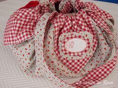Esta es la bolsa para llevar las labores que hicimos en el grupo de costura de los fines semana.   El diseño de esta bolsa no es mio lo vi ...