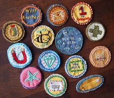 diy-merit-badges-julie-schneider-set: what a fun summer project! like your own version of girl scout and brownie badges Diy Patches, Pin And Patches, Julie Schneider, Embroidered Badges, Diy Embroidered Pins, Diy Embroidered Patches, Merit Badge, Embroidery Patches, Diy Accessories