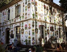 LE PAVILLON DES CANAUX. À défaut de pouvoir partir à la campagne le temps d'une après-midi, vous pouvez vous prélasser dans un spot calme et au bord de l'eau dans Paris ! Le Pavillon des Canaux (ou maison de poupée grandeur nature) vous régalera de friandises et de siestes sur les gros fauteuils et canapés. 39, quai de la Loire – 19e