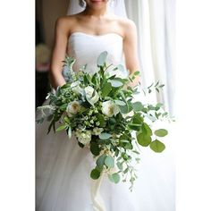 Your wedding flowers are a fundamental part of your wedding day. But before deciding, there are things you need to understand. Discover how to select the right flowers for your very special day. Blush Wedding Flowers, Bridal Flowers, Flower Bouquet Wedding, Wedding Colors, Natural Bouquet, Winter Bouquet, Hand Flowers, Deco Floral, Wedding Flower Inspiration