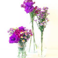 Vamos colorir o dia! Arranjos a partir de 10 reais  #oitominhocas #arranjofloral #floweroftheday #ideiasparacasamento #decoração #maiscor #flores | contato: oitominhocas@gmail.com