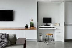 Built-in studies and office and office nooks that can be completely concealed behind sliding, swinging, roller or concertina doors are the business! Read on for some inspiring home office designs. Industrial Home Offices, Modern Home Offices, Small Home Offices, Traditional Home Offices, Traditional House, Home Office Design, Home Office Decor, Home Decor, Office Designs