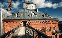 Milovníci škandinávskej architektúry si znovu raz prídu na svoje pri pohľade na priestranné bývanie v podkroví historickej budovy v úžasnom Štokholme.
