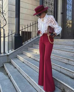 22 Classy and Elegant Outfits for Women — High Waisted Wide-Leg Pants - Million Bucks Lady Suit Fashion, Look Fashion, Fashion Outfits, Chic Fall Fashion, Workwear Fashion, Dubai Fashion, Classy Fashion, Fashion 2020, Fashion Clothes