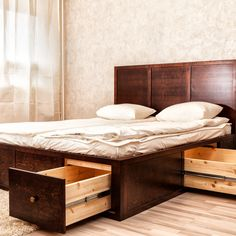 Unikean tyylikäs Kapteeninsänky luo makuuhuoneeseen uutta tilaa Kapteeninsängyn erikoisuus on sen tarjoama säilytystila. Sängyn laatikoiden sisään mahtuu monenlaista tavaraa, ja laatikoiden sijainti ja mitat räätälöidään aina asiakkaan tarpeen mukaan. Kapteeninsängyssä on mäntyinen tukeva sälepohja, joka antaa patjan hengittää, ja sänky soveltuukin kaikille patjatyypeille. Jokainen Kapteeninsänky on uniikki kokonaisuus, jonka Tuukka valmistaa asiakkaan toiveiden mukaan. Tuukka … Continued