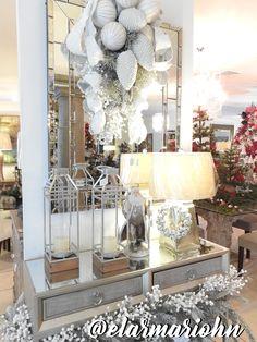 Decoración navideña, guirnalda blanca, linternas. Christmas decor, white wreath, lanterns.