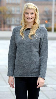 Denne strikkeopskrift er til en klassisk raglansweater, der passer til alle årstider. En enkel sweater som både kan bruges til bukser, nederdel eller over en kjole.
