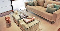 Sala de estar com mesa de centro de Vidro