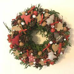 Tradiční vánoční věnec na dveře Flower Decorations, Christmas Wreaths, Holiday Decor, Flowers, Home Decor, Floral Decorations, Decoration Home, Room Decor, Floral Headdress