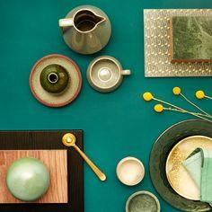Grøn er superhot netop nu og en af de store farver i 2015 - især de dybe grønne farver mikset tone-i-tone med andre grønne nuancer. Af materialer er det især den smukke grønne marmor, grønt glas og keramik op mod træfarver med et par dryp skinnende metal eller en gul kontrast. Se stylistens grønne favoritter og skab selv stilen med JKE Designs nyhed Pisa sort eg folie.