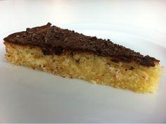 En mazarinkage bagt helt uden marcipan. Smagen er som den købte version men meget mere frisk, og så er den lige tilpas svampet. (En billigere løsning end den bagt på ren rå marcipan).