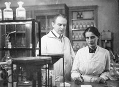 ...Lise Meitner (1878 – 1968) foi a física austríaca responsável pela descoberta da fissão nuclear – o processo por trás da geração de energia nuclear e de armas atômicas. Depois de completar seu doutorado na Universidade de Viena, Meitner partiu para Berlim, onde estudou com o físico Max Planck e trabalhou em parceria com o químico Otto Hahn durante trinta anos no Instituto Kaiser Wilhelm. Nele, Meitner se tornou a primeira mulher a se tornar professora integral de Física na Alemanha.