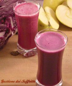 La dolcezza della mela si unisce al sapore vagamente piccante del cavolo: centrifugato di cavolo rosso e mela, un mix di benessere dal colore irresistibile.
