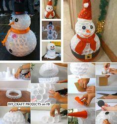 Basteln Sie einen Schneemann aus weißen Plastikbechern