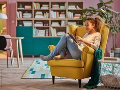 STRANDMON fåtölj, Skiftebo gul klädsel, IKEA PS 2017 pläd, KVISTBRO förvaringsbord, KRÖNGE matta.