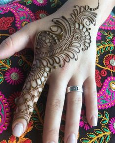 Mehndi henna designs are searchable by Pakistani women and girls. Women, girls and also kids apply henna on their hands, feet and also on neck to look more gorgeous and traditional. Henna Hand Designs, Mehndi Designs Finger, Basic Mehndi Designs, Henna Tattoo Designs Simple, Latest Bridal Mehndi Designs, Mehndi Designs 2018, Mehndi Designs For Beginners, Mehndi Design Images, Wedding Mehndi Designs