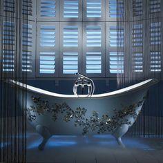 Glanzvolle Glas Mosaikfliesen schmücken Badewannen und Spiegel