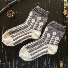 マーガレットのツートン靴下【白磁】 Knitting Socks, Hand Knitting, Lots Of Socks, High Knees, Sock Shoes, Knit Patterns, Knitwear, Knit Crochet, Tights