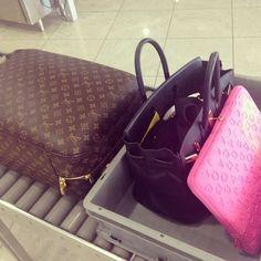 Louie Vuitton, Berkin, and Marc Jacob. Louis Vuitton Suitcase, Louis Vuitton Handbags, Louis Vuitton Monogram, Louis Vuitton Damier, Travel Chic, Travel Style, Cheap Michael Kors, Handbags Michael Kors, Suitcase Backpack