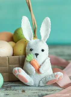 DIY Felt Bunny for Easter - Lia Griffith. Free template to make this bunny Easy Felt Crafts, Felt Diy, Diy Crafts, Quick Crafts, Simple Crafts, Handmade Felt, Wood Crafts, Felt Bunny, Easter Bunny