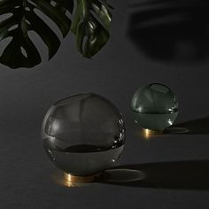 Globe Vase Black large with brass ring by AYTM. Elegant glass bowl on a brass ring. The classic shape placed on an elegant brass base has appealed to Nordic Design, Nordic Style, Round Glass Vase, Vase Deco, Grands Vases, Scandi Home, Turbulence Deco, Deco Design, 3d Design