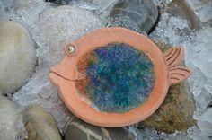 Rybička na svíčku Veselá rybička, která je z keramické hlíny a skla slouží jako stojánek na svíčku délka 12cm, šířka 9,5cm