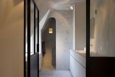 Tadelakt bathroom in a Belgian holiday home by Glenn Reynaert - Photo by Hendrik Biegs Diy Bathroom Decor, Simple Bathroom, Bathroom Interior Design, Modern Bathroom, Attic Bathroom, Contemporary Bathrooms, Bathroom Ideas, Tadelakt, Deco Design