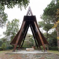 Studio Galantini rebuilds wooden frame  of small Italian chapel