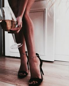 Tanned legs and gorgeous heels 🖤 Alexandra Burimova, Foto Glamour, Foto Casual, Street Style, Women Legs, Foto Pose, Aesthetic Photo, Aesthetic Art, Photography Poses