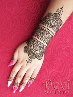 middle arm band Henna Designs Arm, Henna Flower Designs, Simple Arabic Mehndi Designs, Indian Mehndi Designs, Stylish Mehndi Designs, Mehndi Designs For Beginners, Beautiful Henna Designs, Latest Mehndi Designs, Bridal Mehndi Designs
