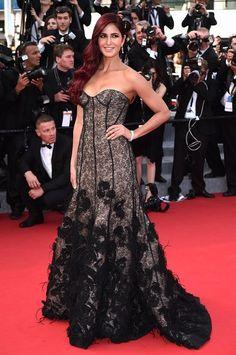 Svou róbou z nadcházející podzimní kolekce značky Oscar de la Renta nová tvář firmy L'Oreal Katrina Kaif okamžitě ohromila. Vršek evokující vzhled spodního prádla se efektně rozšiřuje v okázalou sukni zdobenou krajkou a pštrosím peřím.