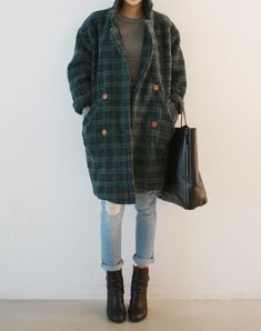 Large tartan coat and worn jeans. The Best of casual outfits in 2017 Large tartan coat and worn jeans. The Best of casual outfits in Fashion Casual, Look Fashion, Fashion Outfits, Grunge Fashion, Fashion Clothes, Fashion Trends, Winter Outfits, Casual Outfits, Cute Outfits