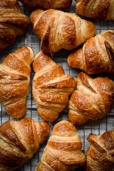 Classic French Croissants 101 Guide Freshly-baked, deliciously flaky and buttery classic French Croissants, made from scratch in the comfort of your own kitchen… Could there be anything better? With their thin crisp layers, lig… Making Croissants, Homemade Croissants, Homemade Breads, Desserts Français, French Desserts, French Recipes, French Food, Food Deserts, German Recipes