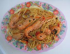 Spaghetti con scampi e vongole: spaghetti with prawns and clams. Tuscany Food, Tuscan Recipes, Scampi, Prawn, Clams, Japchae, Spaghetti, Ethnic Recipes, Seashells