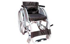 Las sillas de ruedas deportivas están generalmente diseñadas para soportar hasta 100kg y cuentan con una inclinación de 15° en sus ruedas traseras para una mayor estabilidad. Al estar confeccionadas con aluminio, las hace completamente lijeras para cualquier tipo de actividad deportiva.