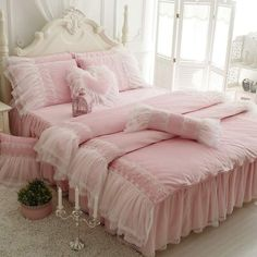 4 Centered ideas: Shabby Chic Pink And White shabby chic wallpaper little girls.Shabby Chic Wallpaper Little Girls shabby chic bedding interiors. Shabby Chic Painting, Shabby Chic Wall Decor, Shabby Chic Pillows, Shabby Chic Living Room, Chic Bedding, Shabby Chic Furniture, Luxury Bedding, Pink Bedding, Bedding Sets
