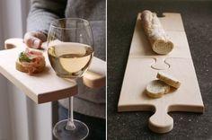 Tú tabla de cortar también podría sujetar tu copa de vino. | 19 Mejoras a los productos que utilizas a diario